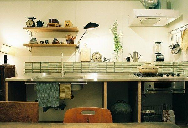 <p>シンプルなキッチンにタイルで彩りをプラス。</p>