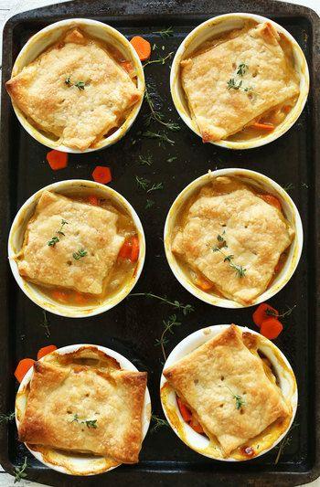 【材料】(6人分) オリーブオイル大さじ2、たまねぎ1個、塩こしょう少々、にんじん450g、小麦粉1/4カップ、白ワインor野菜ブイヨン1/2カップ、野菜ブイヨン3カップ、タイム小さじ2、白豆425g  ★パイ生地 小麦粉1+1/2カップ、塩小さじ1/4、バターorココナッツオイル大さじ10、冷水大さじ4〜7  【作り方】 1.たまねぎ、にんじん、タイムはみじん切り、白豆は洗って水気をしっかり切っておく 2.オーブンを204℃に予熱 3.ベイキングシートにラミキン(器)を6個並べる 4.フライパンを中火にかけオリーブオイルをひいたらたまねぎを炒める 5.にんじんを入れて塩こしょうで味つけ 6.火が通ったら小麦粉を少しずつ入れる 7.白ワイン、野菜ブイヨンを入れてよく煮る 8.タイム、白豆を入れて沸騰したら弱火にして数分煮る 9.火を止めふたをしておく  ★パイ生地 1.小麦粉、塩をボウルでまぜ合わせる 2.バターをフォークで少しずつ切りながら入れる 3.冷水を大さじ1ずつ入れながら手でこねる 4.まな板に小麦粉をまぶし、その上で3を3mmの厚さの円状にのばす…