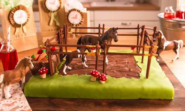 Ein Aprikosen-Kuchen als Pferdekoppel dekoriert