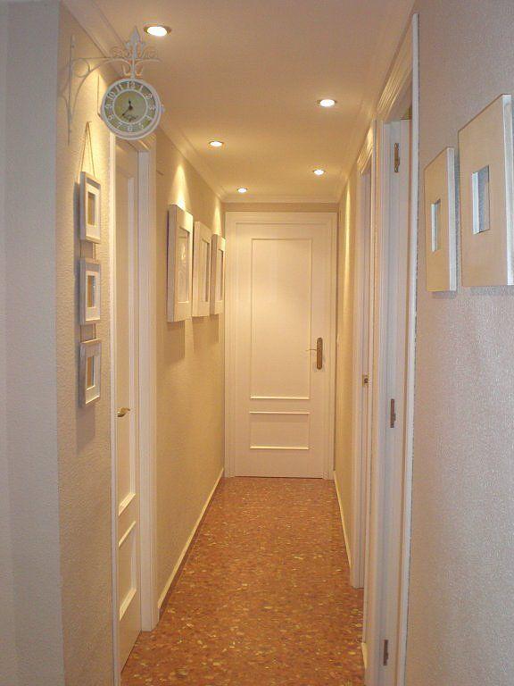 solución para pasillo: puertas blancas, reloj arriba