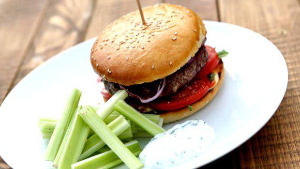 Amerika je přímo kolébkou hamburgerů, proto není divu, že si Šéf z Floridy přivezl inspiraci a připravil právě skvělý šťavnatý burger. Základem je vždy kvalitní maso a dobrá houska, pak už můžete popustit uzdu své fantazii...