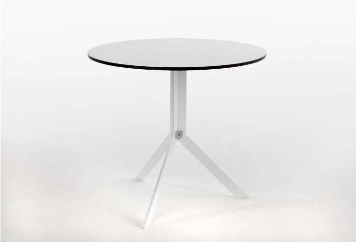 Funkcjonalny stół wyposażony został w bardzo wygodny mechanizm składania blatu, dzięki któremu stół można szybko przenieść z jadalni na taras.