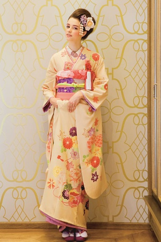 ザ・トリート・ドレッシング(The Treat Dressing)神戸店 クリーム色の華やぎを与える貝桶柄の和装