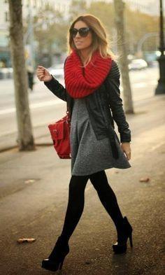 Look de Inverno: Vestido Cinza + Cachecol Vermelho