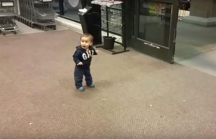 Ребенок впервые видит автоматически открывающиеся двери