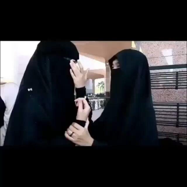 """Hadiah untuk Sahabat-sahabat Sholihah . .  Umar bin Khattab Radhiyallahu anhu Berkata: Tidaklah seorang hamba diberi kenikmatan yang lebih besar setelah keislaman selain sahabat yang sholih. Maka apabila kalian mendapati teman yang sholih peganglah ia erat-erat"""" .  Berkata Luqman Al hakim pada anaknya: . .  Wahai anak ku hendaknya yang pertama engkau usahakan setelah keimanan kepada Allah adalah mencari sahabat yang jujur. Karena ia ibarat pohon bila engkau duduk berteduh di bawahnya ia akan…"""
