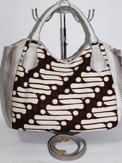 Menerima pembuatan tas dan menyediakan berbagai macam kain Nusantara . Contact +62813 100 37425/ batikria@gmail.com Ethnic and leather bag handcraft