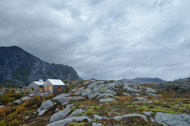 Das Traumhaus am Polarkreis   Wohnen auf dem Land ist für viele ein Wunsch, ein Traum, nur in den Ferien möglich – oder ab und zu als Inspiration auf dem «Sweet Home»-Blog zu geniessen. Dieses schlichte, wunderschöne Haus steht in Norwegen, auf einer Insel nahe des arktischen Polarkreises. Archtektur: Kolman Boye Architects Das Haus, einfach in seiner Form, steht mitten in der harschen, steinigen Insellandschaft mit den Bergen im Hintergrund und Panoramasicht... #skandinavien #sommerhaus
