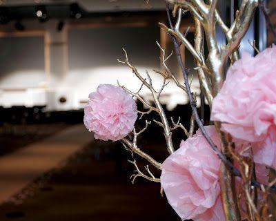 La entrada de la ceremonia la enmarcaban dos preciosos arboles dorados con ponpones rosas de diferentes tamaños que diseñamos y decoramos el equipo de Chic Weddings de flor.