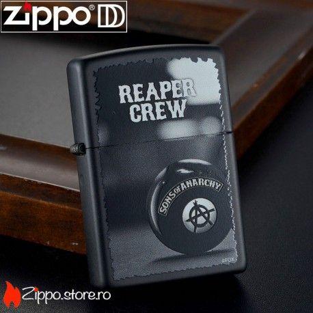 """Zippo Sons Of Anarchy este o bricheta de colectie, atat pentru fanii zippo, cat si pentru cei ce iubesc serialul cu acelasi nume. Bricheta are scris """"Reaper Crew"""" si """"Sons Of Anarchy"""" pe un fundal de negru mat."""