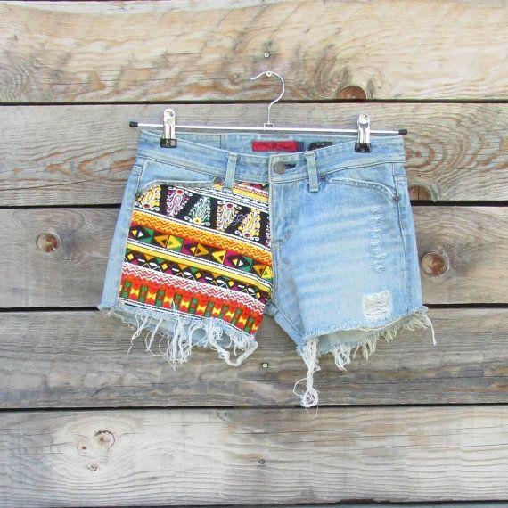 Mini short en jeans hippie bohème, jeans recyclé, empiècements de tissus colorés, motifs ethniques orangés, short festival d'été, short gipsy, ibiza, Fait main Matériaux : jeans foncé, jeans recyclés, short en jeans, jeans découpé, effet destroy, tissus ethniques, tissus colorés, tissus tribal, mini short, imprimé africain, short en jeans déchiré, Mini shorts bohemian hippie jeans, recycled jeans, yokes colorful fabrics, ethnic motifs orange shorts summer festival, short gipsy, ibiza…