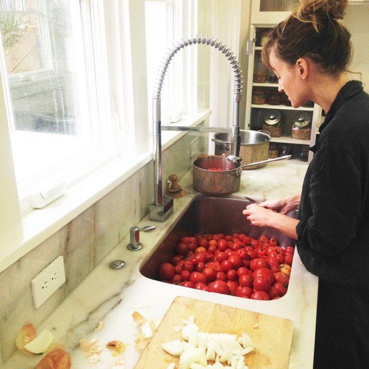 mise en conserve des dernières tomates de la saison pour l'hiver