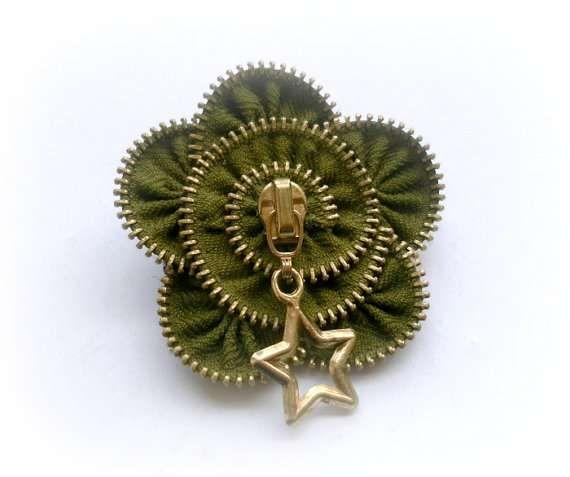 Questi  insoliti gioielli del marchio Design Zipper sono fatti di vecchi vestiti riciclati. Le cerniere sono state riciclate da anelli, spil...