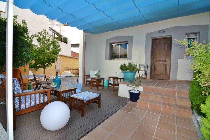 #Exterior #Patio #contemporaneo #decoracion via @planreforma #sillones #muebles de exterior #plantas #baldosas #arboles #madera