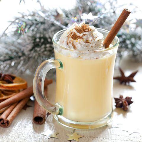 Makkelijk recept om snel warme eierpunch te maken zodat je direct na het koken al kan genieten van een lekker advocaat drankje, ideaal tijdens  koude sneeuw of kerstdagen.