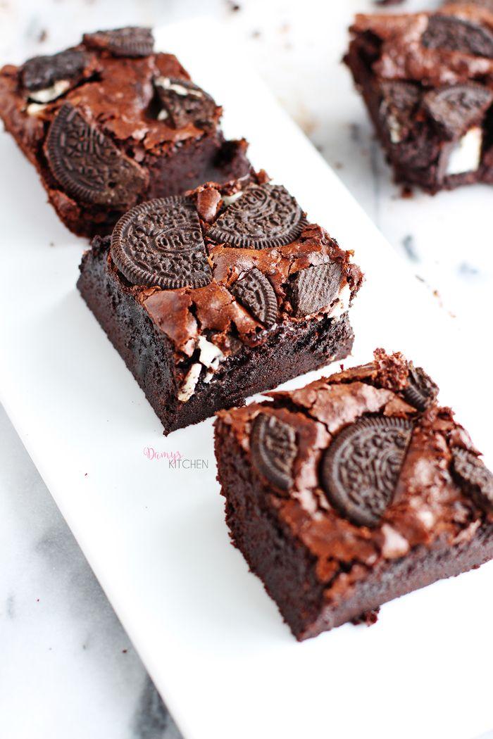 """Bir pazar akşamüstüsü aktivitesi olarak Oreo'lu brownie pişirdim! İçi """"fudge"""" denilen kıvamda, ıslak ve nemli.. Dış kabuğu incecik kıtır ..."""