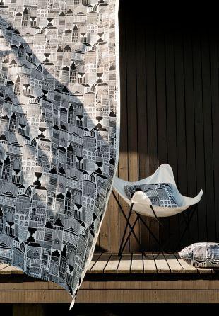 Housse de coussin 50 x 50 cm, motif Onnea Etsimassa. Marimekko et sa talentueuse équipe de designers ont mis au point une large collection de coussins et housses de coussin aux motifs colorés, oniriques, graphiques et aux formes diverses. La housse de coussin est tissée en coton 100%, pour une douceur et une chaleur incomparables. http://www.uaredesign.com/housse-coussin-onnea-etsimassa-marimekko.html #design #outdoor #vintage