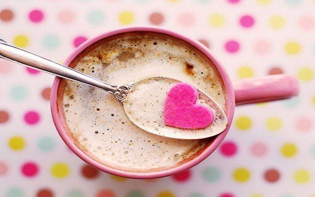 Kahvenin zarardan çok faydası varDr. Özgür Şamilgil bizde 40 yıllık hatırı olan kahvenin özelliklerinden bahsetti Kalp damar hastalığı: Günde 3 bardak kahve tüketenlerin daha az ve daha çok tüketenlere göre kalp damarlarında kalsiyum yani kireç birikiminin daha az olduğu dolayısıyla kalp krizi riskinin azaldığı düşünülüyor.