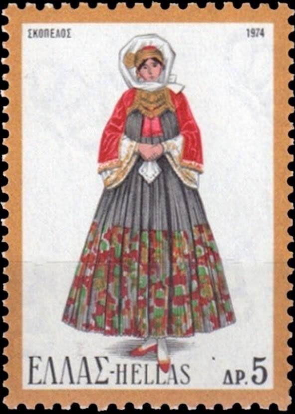 Η Σκοπελίτικη φορεσιά, γραμματόσημο του 1974 Γυναικεία νυφική ενδυμασία Σκοπέλου Bridal costume from Skopelos Στην τοπική ορολογία, η ενδυμασία ονομάζεται φουστάνα. Πρόκειται για το χαρακτηριστικότερο δείγμα ελληνικής ενδυμασίας με δυτική επίδραση. Έχει τέσσερα εσωτερικά φορέματα και το εξωτερικό μακρύ,κεντημένο και πολύπτυχο αμάνικο φόρεμα. Το πουκάμισο είναι άσπρο μεταξωτό με χρυσές δαντέλες και κεντήματα. Έχει κοντό βελούδινο μπούστο, το μπαμπουκλί, το οποίο συγκρατεί τη μικρή ολόχρυση…