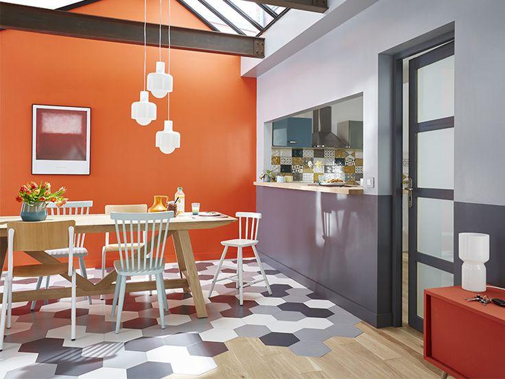 Mix and match ! - Des chaises de différents styles entourent la grande table familiale en bois. Au sol, le carrelage et le parquet jouent la carte de l'originalité et délimitent la partie repas de celle du salon. Sur les murs, les teintes de gris adoucissent un orange explosif. Une salle à manger haute en couleur qui joue le mélange des genres. http://www.castorama.fr/store/pages/conseils-style_sejour_mix-and-match.html