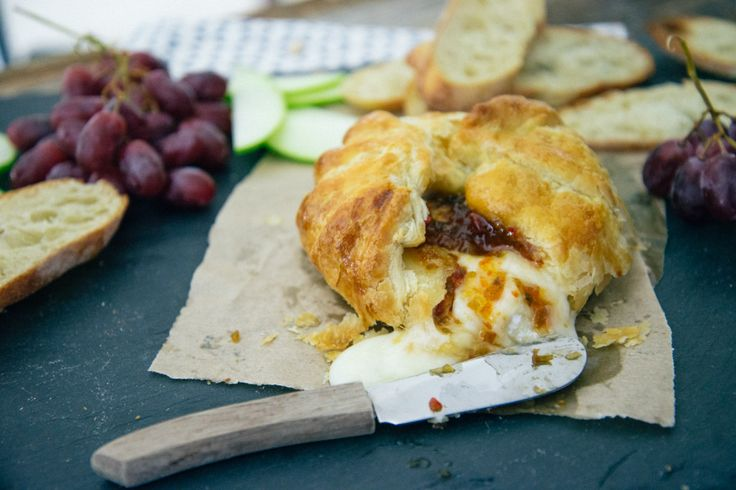 Baked brie with jalapeño jelly