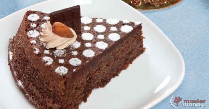 Scopri la ricetta: torta caprese reale di minori. Ingredienti: Burro, Cioccolato fondente, Mandorle, Zucchero a velo semplice, Tuorli, Albume, Zucchero semolato, Fecola di patate, Cacao, Zucchero a velo vanigliato.