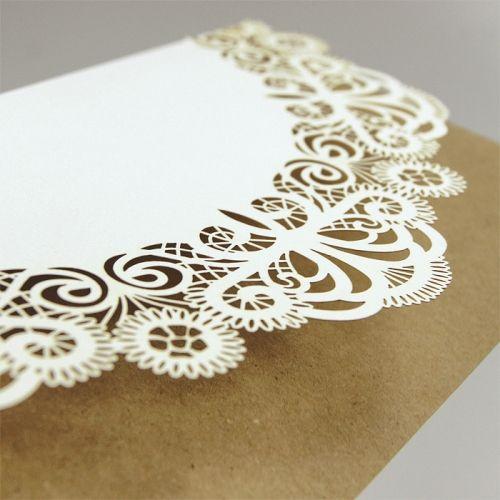 A meghívó belső papírja környezetbarát újrahasznosított papír, amelyre a meghívó szövege van nyomtatva. A fedlap kíváló minőségű matt ekrü papír, amelyet finoman kivágott csipkeminta díszít.     A meghívóból jelenleg mintapéldány nem rendelhető.    A meghívóhoz dekoratív boríték jár.A meghívóknál nincs szerkesztésiés nyomtatási költség
