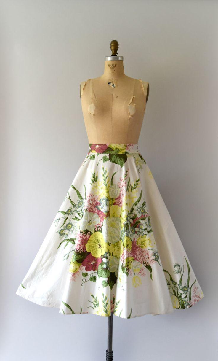 Prachtige vintage jaren 1950 rok, boeket van vet bloemen katoen afdrukken, uitgerust taille, volledige cirkel rok, verborgen zijkant metalen rits en dubbele knop sluiting.  ---M E EEN S U R E M E N T S---  Pasvorm/grootte: Medium  Taille: 29 Heupen: gratis Lengte: 32  Maker/merk: Peerless Staat: uitstekend  - - - - - - - - - - - - - - - - - - - - - - - - - -  Instagram: sweetbeefinds Facebook: sweet bee vindt vintage