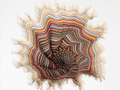 ジェン・スターク氏の作品。鮮やかな色彩が重なりあって創りだされた幻想的な立体作品。これは、全て色紙を手で切って重ねて創り上げられている。吸い込まれてしまいそうな鮮やかな色彩が広がっている。別次元へと繋がっていそうである。