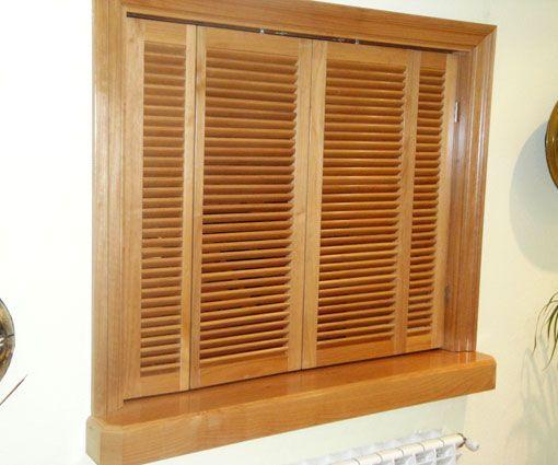 Ventana de madera de paso de cocina a office. Fabricada a medida por Alpis.