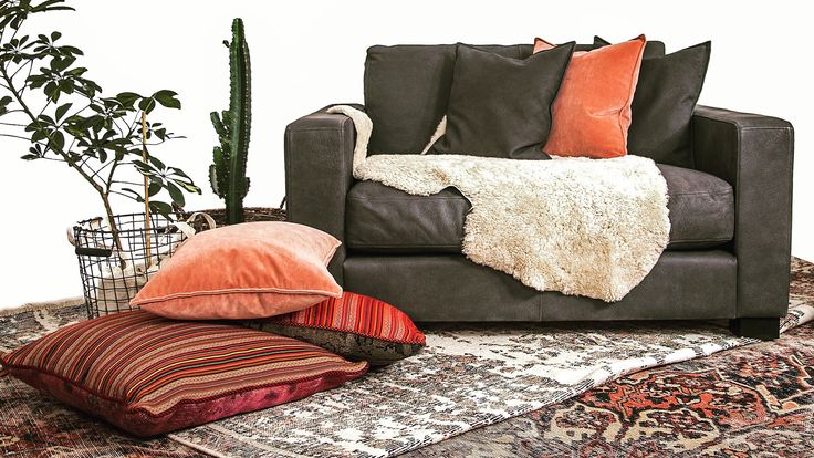 Mörk Valen fåtölj, loveseat i skinn. Möbel, möbler, inredning, svart, mörkgrå, antracite, fårskinn, vintagematta, matta, vintage, kuddar, patchwork, vit. http://sweef.se/