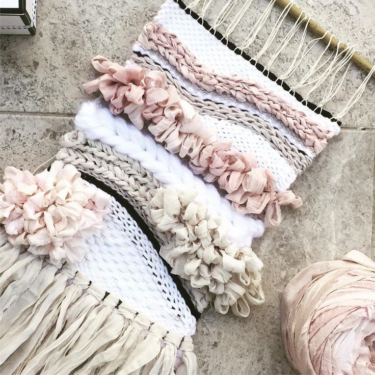 Woven wall hanging inspiration with lots of silk, cotton and linen yarn. Love this!