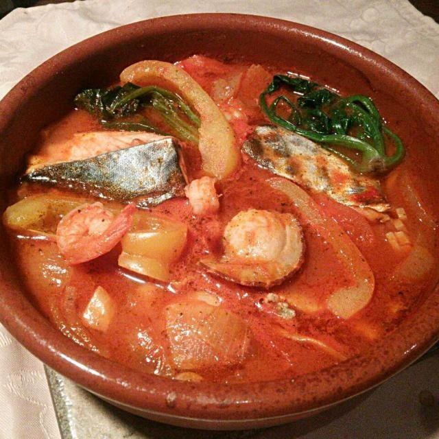 美味しいのでパンに浸けてパンが進み、白ワインが進みます\(^^)/ - 43件のもぐもぐ - Cocido de mariscos al jugo de tomate por cazuera! カスエラ(スペイン土鍋)で作る、海産物(今回は鰆、ホタテ、海老使用)のトマトジュース煮(^^)v by hkim
