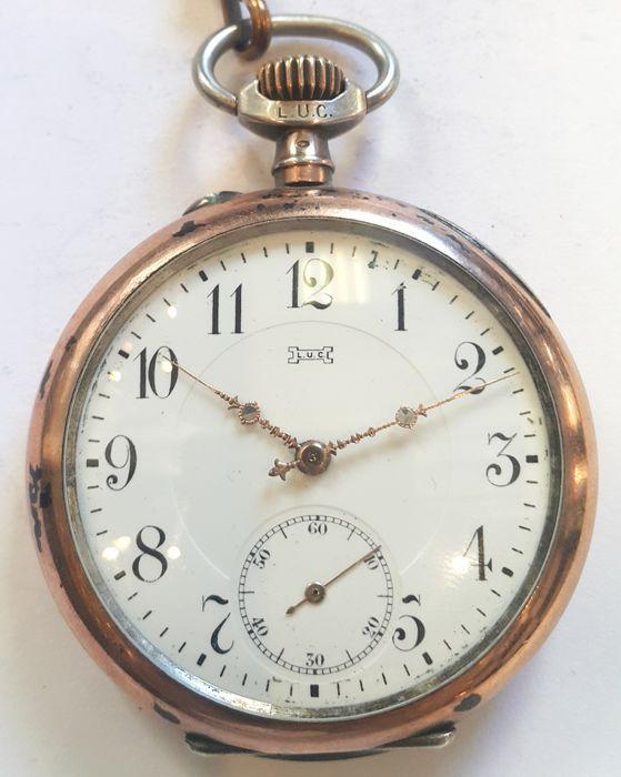 Chopard - zak horloge---mannen - ca 1900  In 1860 richtte Louis Ulysse Chopard zijn bedrijf in het kleine dorp van Sonvilier. Er is geen verslag van de eerste jaren van zijn productie maar we weten dat sinds dan hij heeft horloges die voldoen aan de hoogste normen van kwaliteit en precisie. De eerste Chopard horloge die we weten is een dikke zakhorloge met de handtekening van de Choparde Sonviller.Antieke L.U.C. (Louis-Ulysse Chopard) zilveren zakhorloge - Zwitserland1900sMateriële zaak…