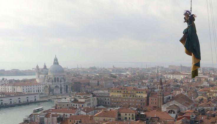 Carnevale 2015 #venezia - Vola dal campanile di San Marco per il Carnevale 2015 l'atleta #paralimpica Giusy Versace. Ecco le meravigliose immagini di Matteo Tagliapietra. Leggi l'articolo