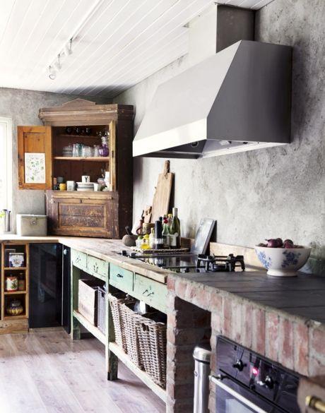 Indret med fransk vintagestil: det rå køkken i huset hos ...