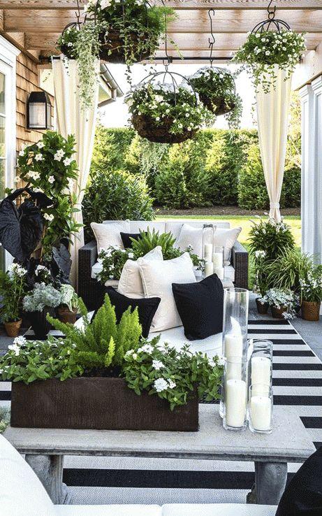Οι κουρτίνες γύρω από την βεράντα, σε λευκή απόχρωση, είναι μια εξαιρετική επιλογή όχι μόνο από θέμα διακόσμησης αλλά και από θέμα επιμέρους σκίασης του χώρου όταν αυτό χρειάζεται.