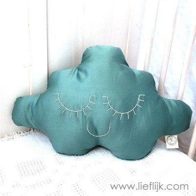 Dit schattige wolkje maakt een kinderkamer helemaal af!  Het kussen is gemaakt van een zachte zeegroene stof met een lichte glans en heeft dromerige gesloten oogjes en een mondje, genaaid met crème wit katoendraad. Verkrijgbaar op www.lieflijk.com