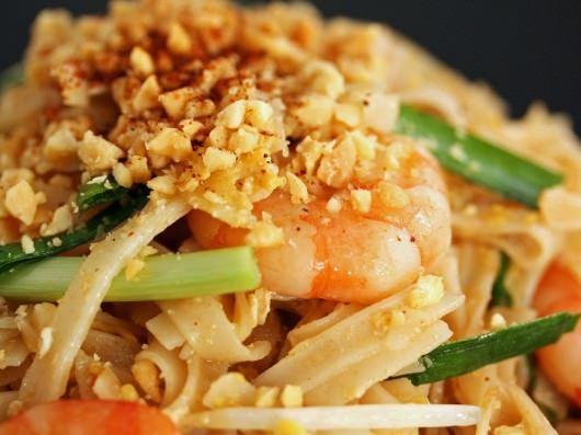 Autentisk opskrift på pad thai, som er en thailandsk klassiker bestående af stegte nudler med rejer, kylling eller svinekød.