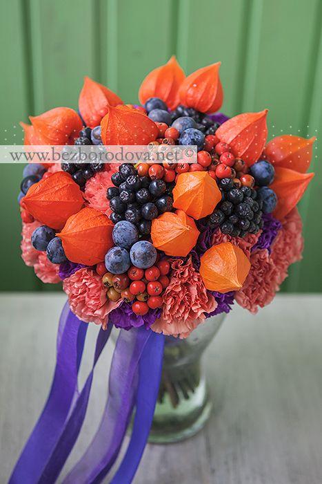 Яркий осенний оранжевый букет из физалиса, с ягодами рябины , сливой и фиолетовой гвоздикой