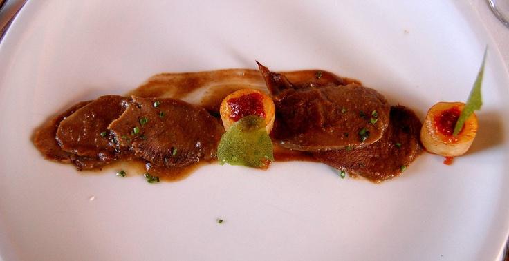 El primer plato de Pablo, láminas de magret de lengua de cerdo con salsa de higos acompañado de patatas salteadas con sobrasada, ¡buenísimo!