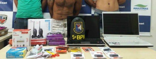 Policiais Militares do 5° Batalhão de Polícia Militar, município de Coari (distante 363 quilômetros de Manaus), prenderam por volta das 16h, desta quinta-feira (30), em flagrante, José Gomes de Araújo, 31, Vando Davi de Souza, 25 e Ronaldo Amaral Silva, 27, acusados de furto. De acordo com informações do Major PM Pedro Moreira, Comandante do 5° Batalhão em Coari, os policiais militares foram procurados no quartel pela vítima que possui uma loja de materiais de informática, informando que…
