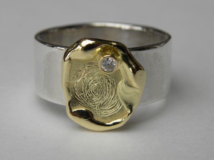 zilveren ring met 18kt gouden bovenstuk en briljant 0.04ct gravure vingerafdruk