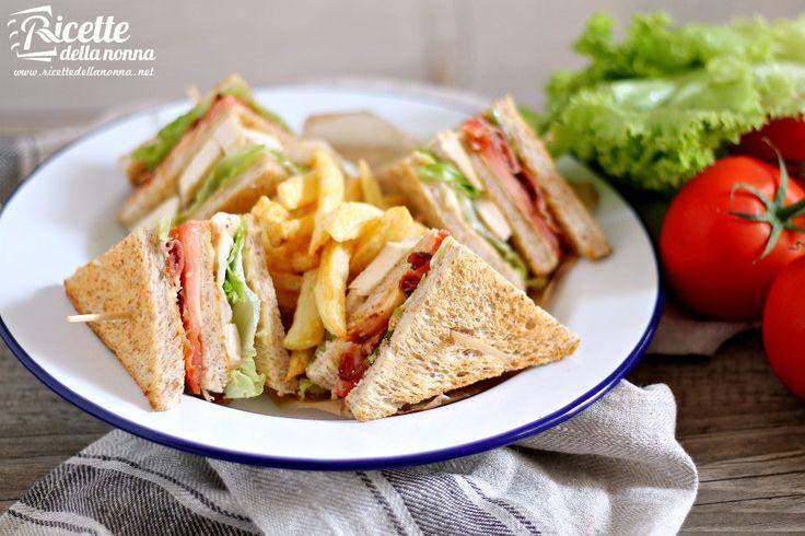 Il Club Sandwich nasce in America allinizio del 1900 in una club house. Si trattava di un panino di lusso veloce da mangiare e allo stesso tempo gustoso. Oggi questo snack viene preparato in mille varianti. Vi proponiamo la più classica al pollo grigliato e bacon.