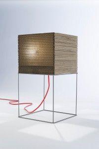 Flo' di B-Trade, giocosa lampada, disegnata da Sedicilab, con telaio in filo di ferro e paralume in multistrato di cartone
