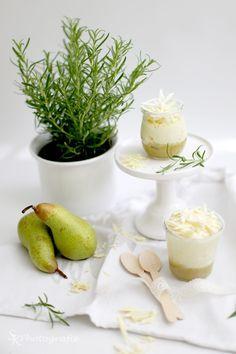 Alles und Anderes: Weiße Schokomousse mit Birnen-Rosmarin-Püree als Dessert zum White Dinner