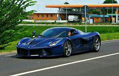 """La Ferrari in """"Blu Pozzi"""""""