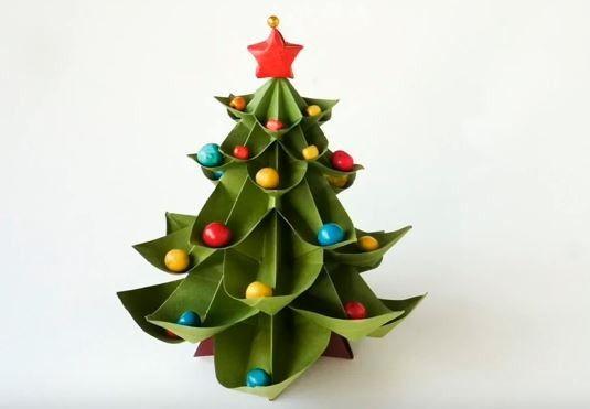 How To Make An Origami Christmas Tree [Video Tutorial] - http://www.gottalovediy.com/origami-christmas-tree/