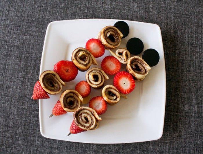 Erdbeer-Crepe/Pfannkuchen-Spieße mit Nutella. Noch mehr Rezepte gibt es auf www.Spaaz.de