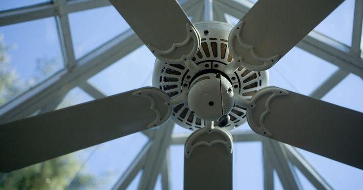Meu ventilador de teto faz barulho mas não funciona. Os motores de ventiladores de teto usam dois rolamentos para dar partida e mover as hélice. O rolamento de partida tem um capacitor para empurrar a energia elétrica para o motor para iniciar a movimentação das hélices. Pode-se imaginar o capacitor como uma bateria que armazena eletricidade para dar ao motor um empurrão extra. Um capacitor ...